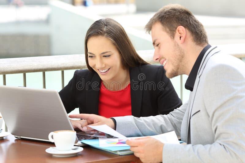 Εργασία δύο ανώτερων υπαλλήλων σε απευθείας σύνδεση σε έναν φραγμό στοκ φωτογραφίες με δικαίωμα ελεύθερης χρήσης