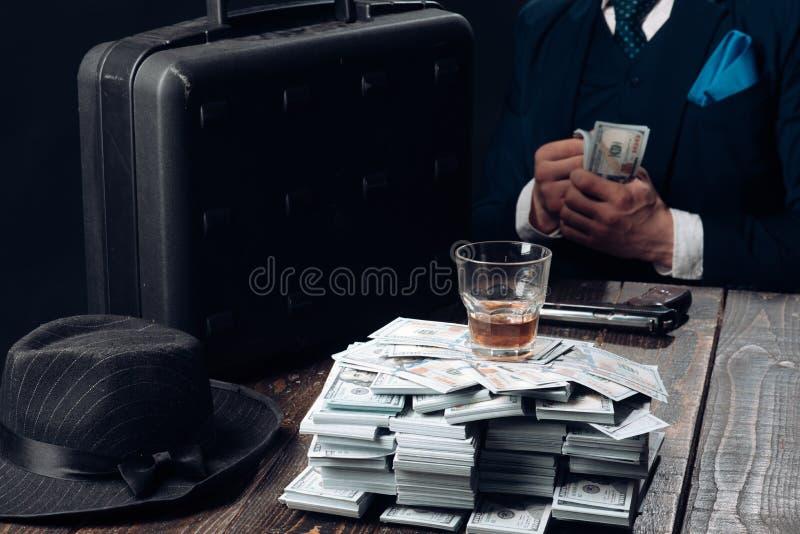 Εργασία επιχειρηματιών στο γραφείο λογιστών Άτομο στο κοστούμι μαφία making money εννοιολογικό wellness χρημάτων εικόνας χρηματοδ στοκ εικόνες