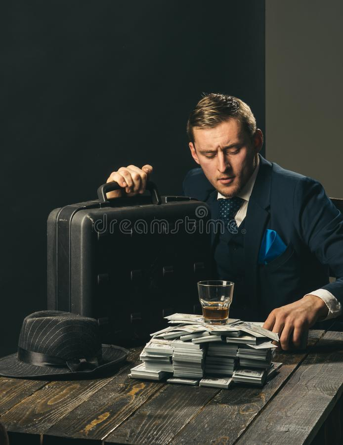 Εργασία επιχειρηματιών στο γραφείο λογιστών Άτομο στο κοστούμι μαφία making money εννοιολογικό wellness χρημάτων εικόνας χρηματοδ στοκ φωτογραφίες με δικαίωμα ελεύθερης χρήσης
