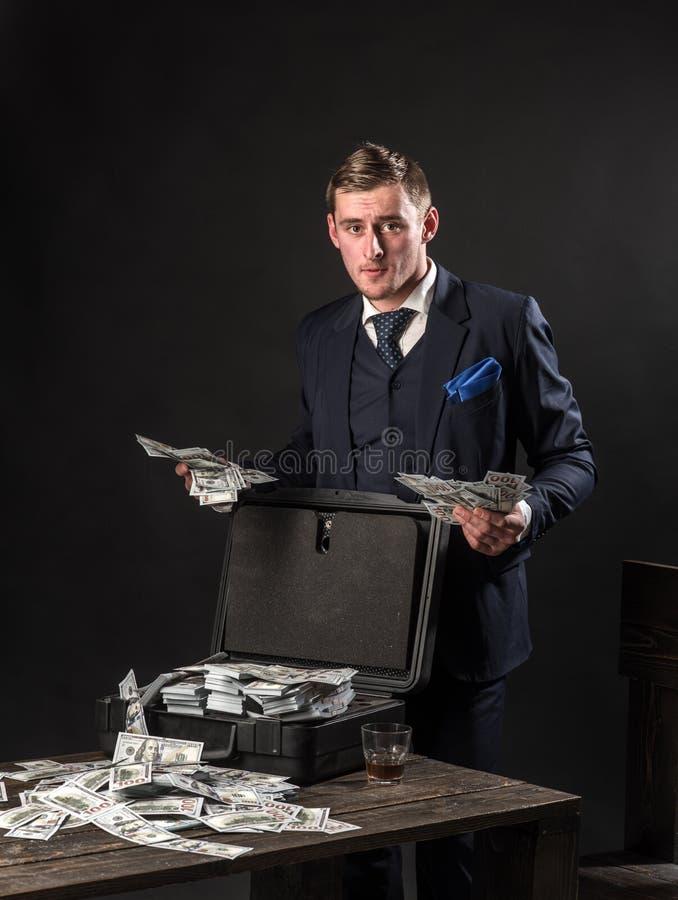 Εργασία επιχειρηματιών στο γραφείο λογιστών έννοια μικρών επιχειρήσεων Άτομο στο κοστούμι μαφία making money εννοιολογικό wellnes στοκ φωτογραφία με δικαίωμα ελεύθερης χρήσης
