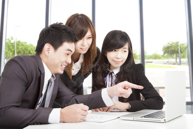 εργασία επιχειρησιακών ομάδων στην αρχή στοκ φωτογραφία με δικαίωμα ελεύθερης χρήσης