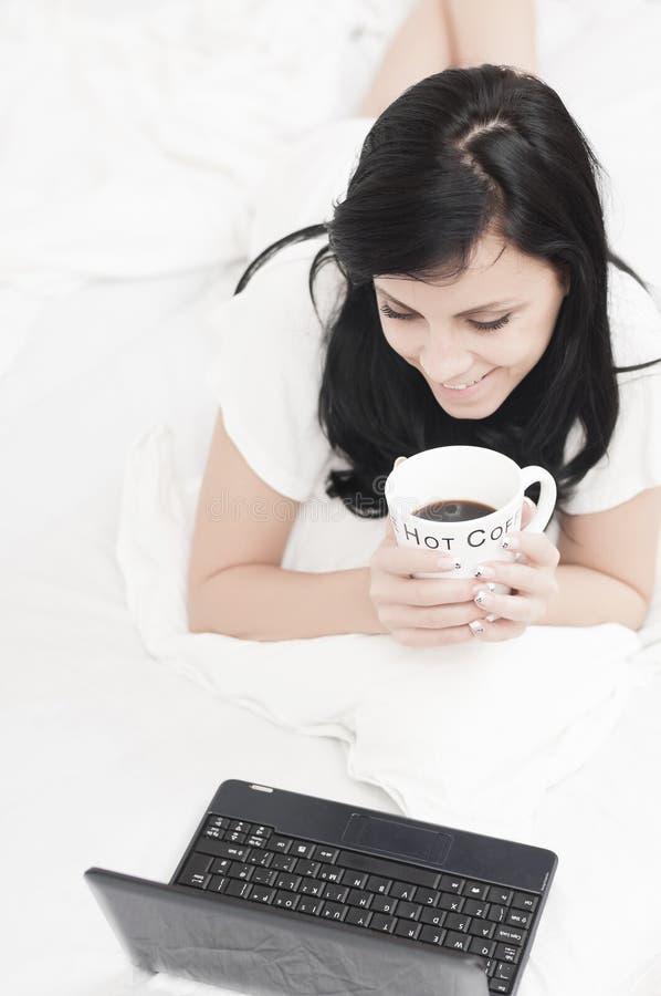 εργασία κατανάλωσης καφέ στοκ εικόνες