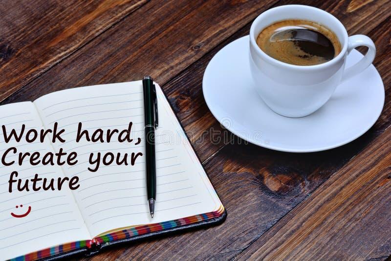 Εργασία κειμένων σκληρή Δημιουργήστε το μέλλον σας στο σημειωματάριο στοκ φωτογραφίες