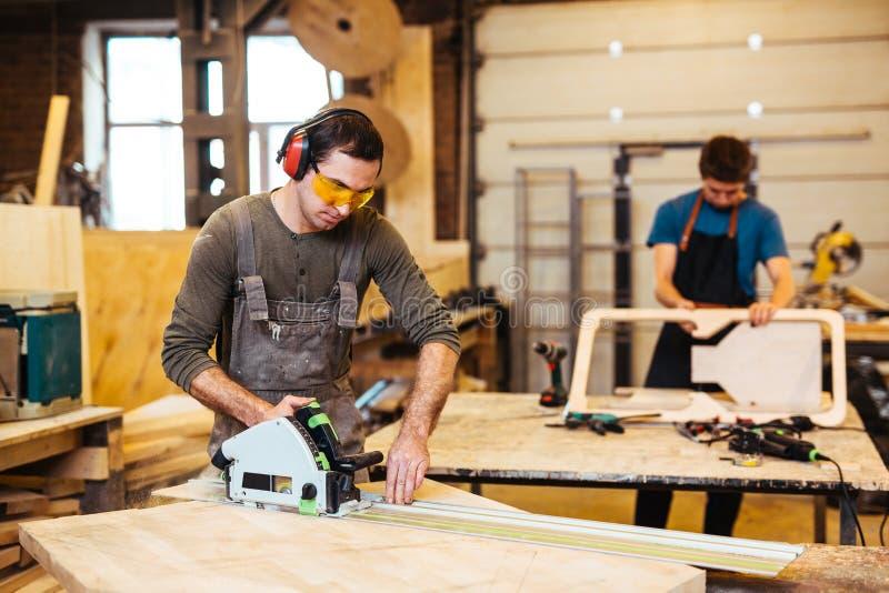 Εργασία με το ηλεκτρικό fretsaw στοκ φωτογραφία με δικαίωμα ελεύθερης χρήσης