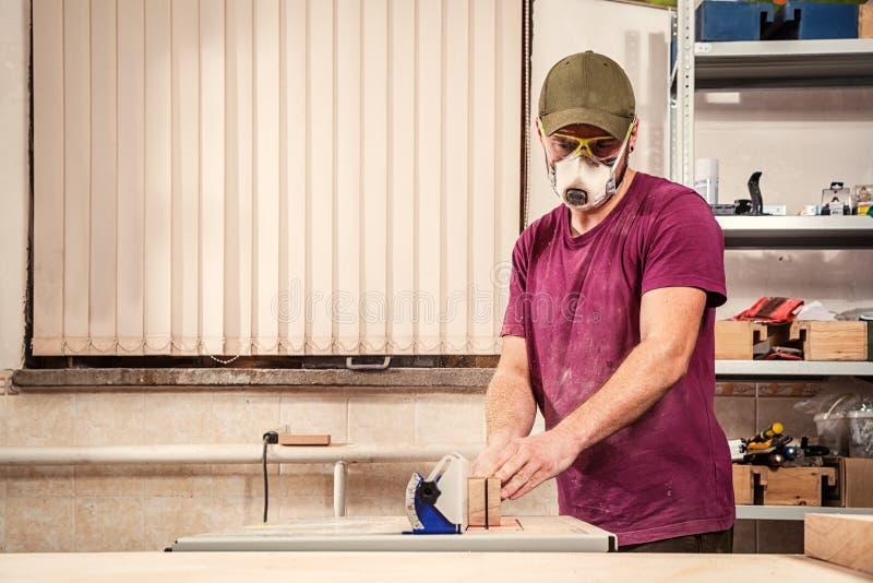 Εργασία ξυλουργών στο εργαστήριο στοκ φωτογραφία με δικαίωμα ελεύθερης χρήσης