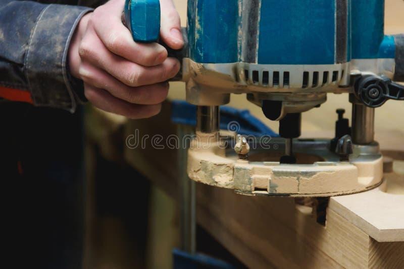 Εργασία ξυλουργών της χειρωνακτικής μηχανής άλεσης στο εργαστήριο ξυλουργικής με Copyspace Βιομηχανική έννοια Manufactoring στοκ φωτογραφία με δικαίωμα ελεύθερης χρήσης