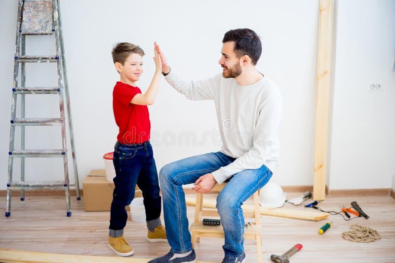 Εργασία πατέρων και γιων στοκ εικόνες με δικαίωμα ελεύθερης χρήσης