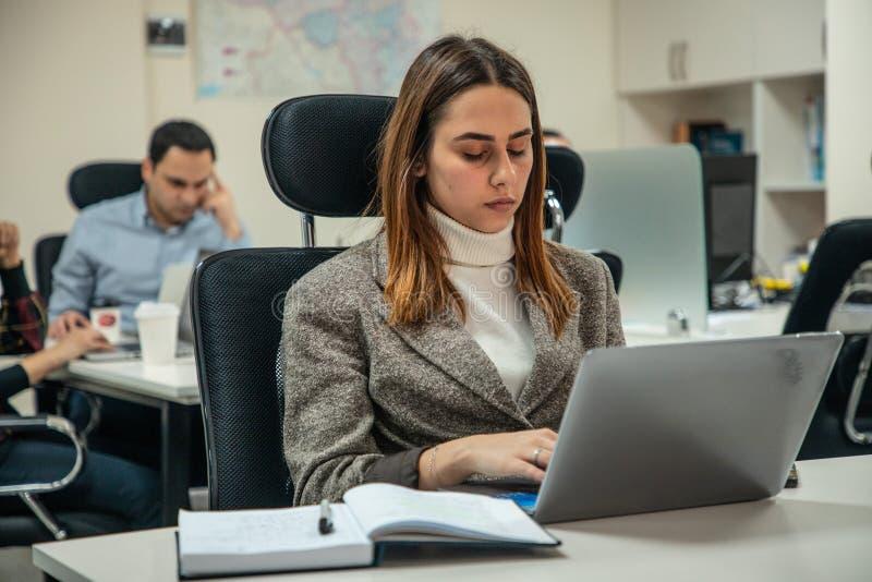 Εργασία σε ένα lap-top στοκ εικόνες με δικαίωμα ελεύθερης χρήσης