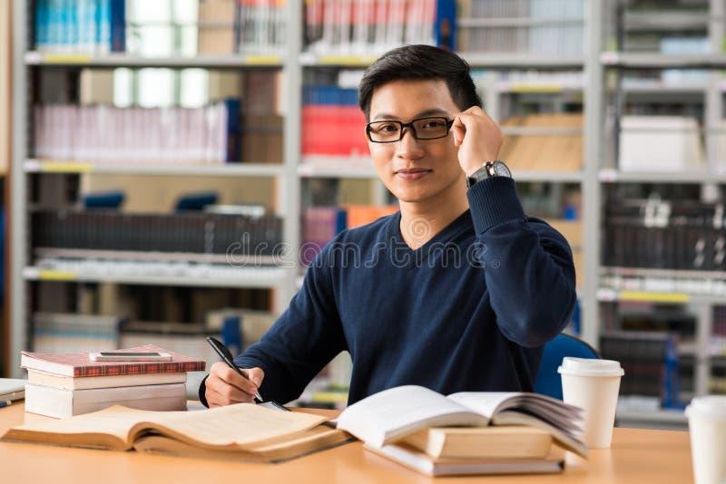 Εργασία σε μια βιβλιοθήκη στοκ εικόνες με δικαίωμα ελεύθερης χρήσης