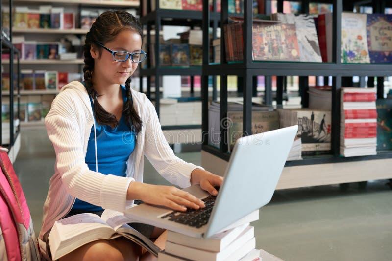 εργασία σπουδαστών lap-top κο& στοκ εικόνα με δικαίωμα ελεύθερης χρήσης