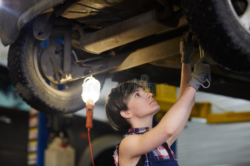 Εργασία στην υπηρεσία αυτοκινήτων στοκ εικόνες με δικαίωμα ελεύθερης χρήσης