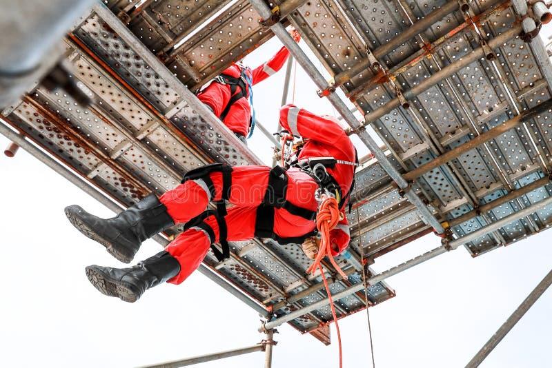 Εργασία στο ύψος από την πρόσβαση σχοινιών στοκ φωτογραφίες