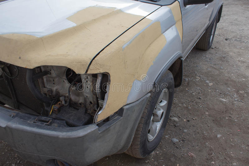 Εργασία σωμάτων αυτοκινήτων μετά από το ατύχημα Αυτόματη σειρά επισκευής σωμάτων - που προετοιμάζεται πρίν χρωματίζει στοκ εικόνα