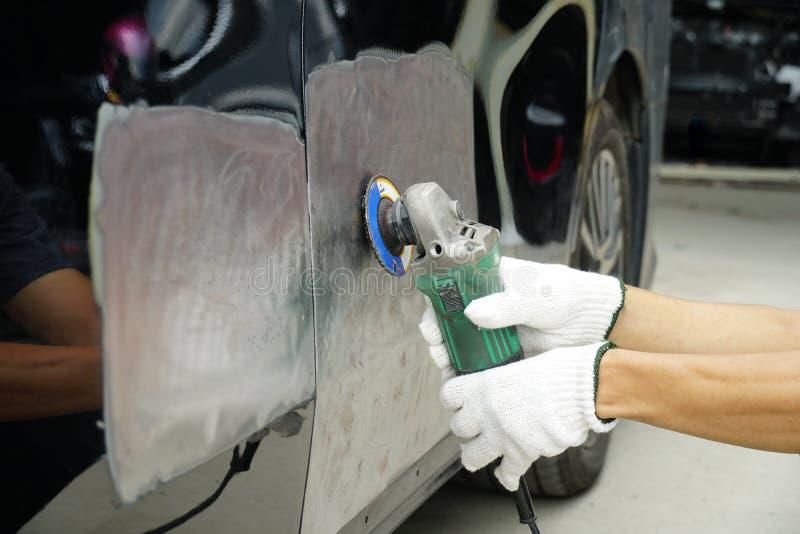 Εργασία σωμάτων αυτοκινήτων μετά από το ατύχημα με την προετοιμασία του αυτοκινήτου για το pai στοκ φωτογραφία με δικαίωμα ελεύθερης χρήσης