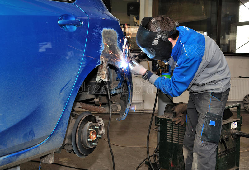 Εργασία σωμάτων αυτοκινήτων. στοκ εικόνα με δικαίωμα ελεύθερης χρήσης