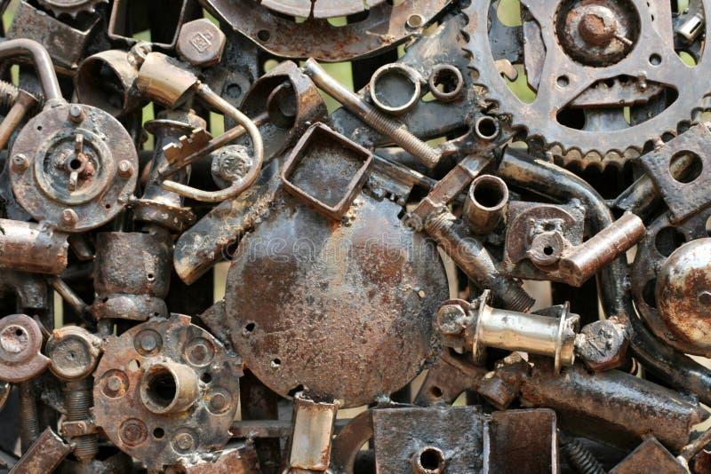Εργασία τέχνης που γίνεται από τα μέρη σιδήρου απορρίματος και μετάλλων στοκ εικόνα με δικαίωμα ελεύθερης χρήσης