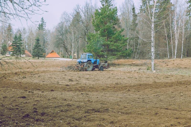 Εργασία τρακτέρ για το λιβάδι Παλαιό αναδρομικό τρακτέρ που κατασκευάζεται στην ΕΣΣΔ στοκ φωτογραφία με δικαίωμα ελεύθερης χρήσης