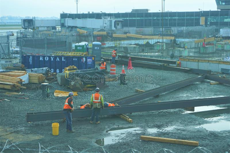 Εργασία τύπων κατασκευής LaGuardia στον αερολιμένα στοκ εικόνες