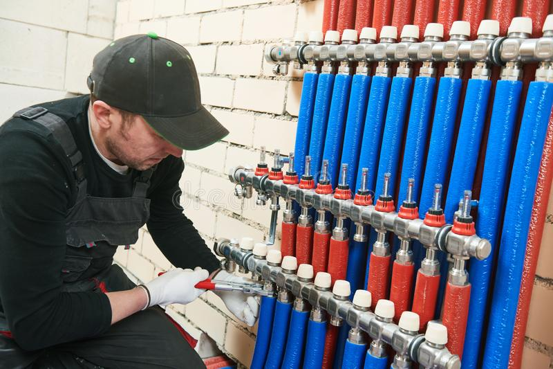Εργασία υδραυλικών Εγκατάσταση του συλλέκτη για το θερμό σύστημα underfloor θέρμανσης νερού στοκ εικόνες