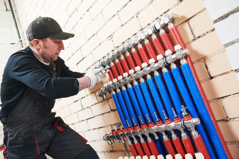 Εργασία υδραυλικών Εγκατάσταση του συλλέκτη για το θερμό σύστημα underfloor θέρμανσης νερού στοκ εικόνα με δικαίωμα ελεύθερης χρήσης