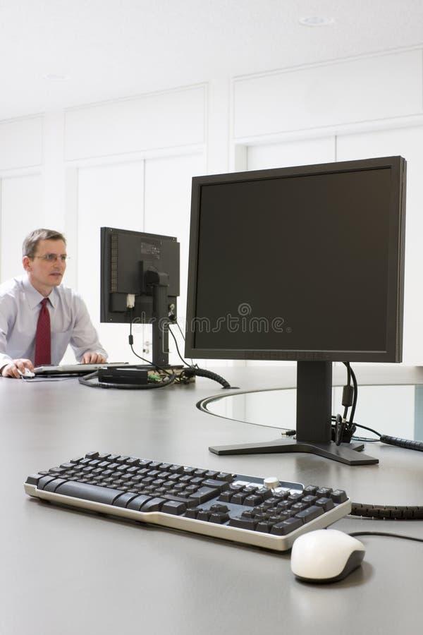εργασία υπολογιστών επιχειρηματιών στοκ φωτογραφία με δικαίωμα ελεύθερης χρήσης