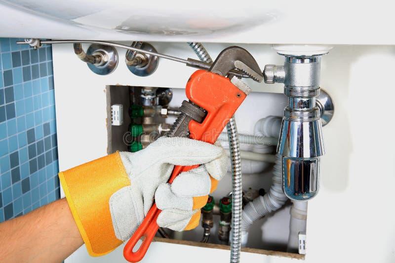 Εργασία υδραυλικών και υγειονομική εφαρμοσμένη μηχανική στοκ εικόνα με δικαίωμα ελεύθερης χρήσης