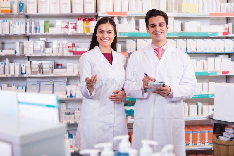 Εργασία φαρμακοποιών και τεχνικών φαρμακείων στοκ εικόνες με δικαίωμα ελεύθερης χρήσης