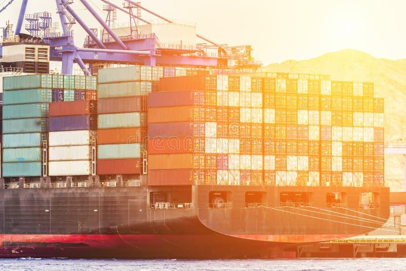 Εργασία φόρτωσης λιμένων εμπορευματοκιβωτίων με τη ναυτιλία εμπορικών λιμένων γερανών στοκ φωτογραφία με δικαίωμα ελεύθερης χρήσης