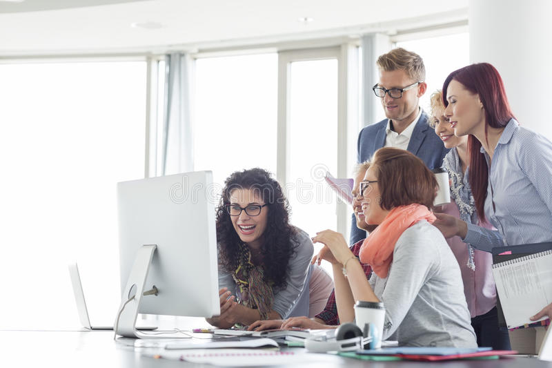 Εργασία χαμόγελου businesspeople μαζί στον πίνακα διασκέψεων στοκ φωτογραφία με δικαίωμα ελεύθερης χρήσης