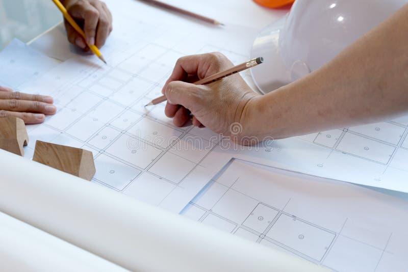 εργασία χεριών αρχιτεκτόνων ή μηχανικών στοκ φωτογραφία