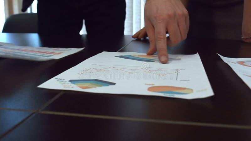Εργασία χεριών με τα οικονομικά έγγραφα φιλμ μικρού μήκους