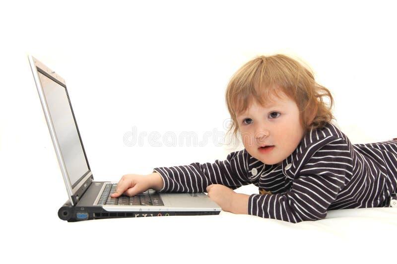 εργασία lap-top κοριτσακιών στοκ εικόνα με δικαίωμα ελεύθερης χρήσης