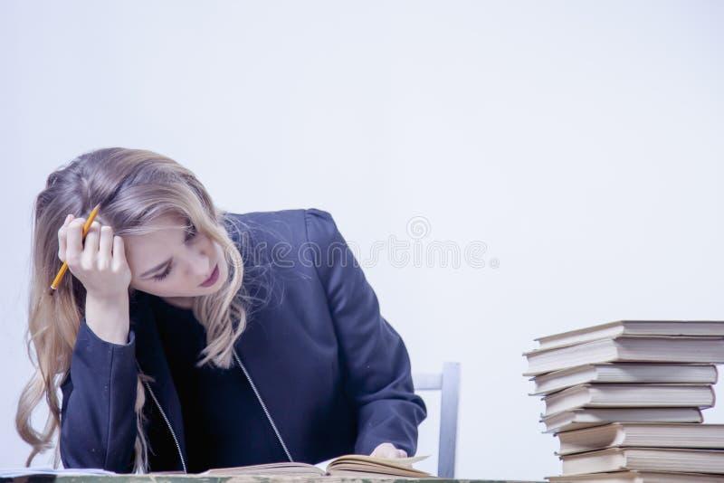 Εργασία Shit Δυστυχισμένες και υπερωρίες εργασίας επιχειρησιακών γυναικών με στοκ εικόνα με δικαίωμα ελεύθερης χρήσης