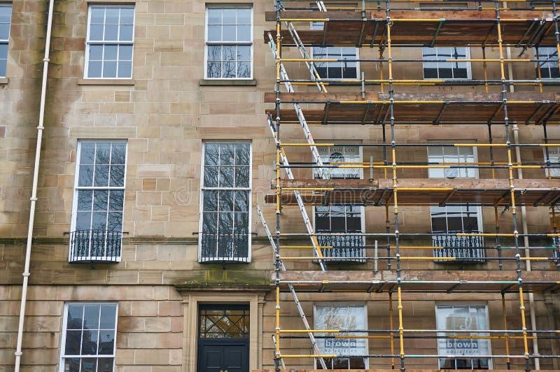Εργασίες αποκατάστασης σε ένα παραδοσιακό κτήριο ψαμμίτη στη Γλασκώβη στοκ εικόνα