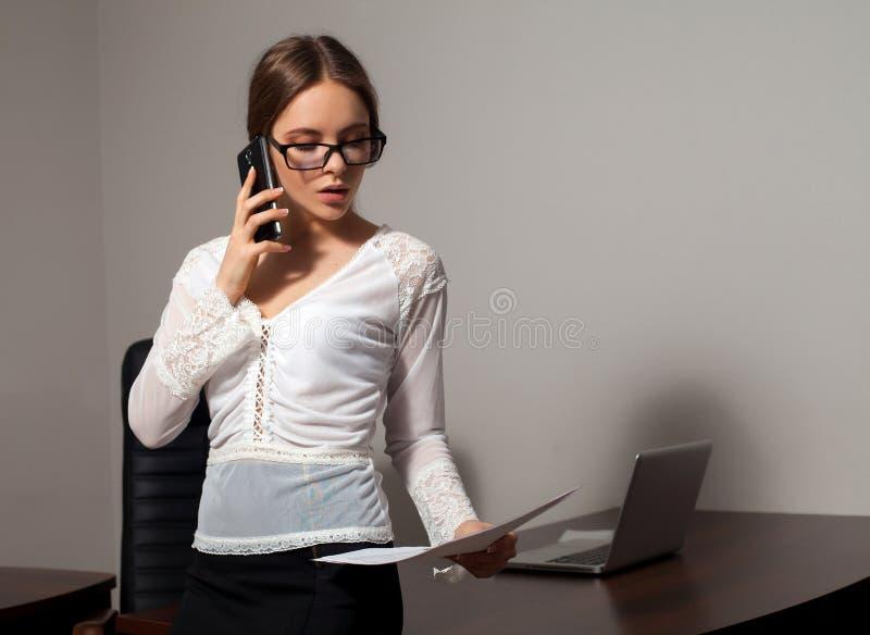 Εργασίες γραμματέων στο γραφείο στοκ εικόνες