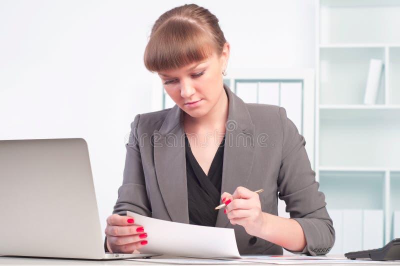Εργασίες γυναικών στο γραφείο στοκ φωτογραφίες με δικαίωμα ελεύθερης χρήσης