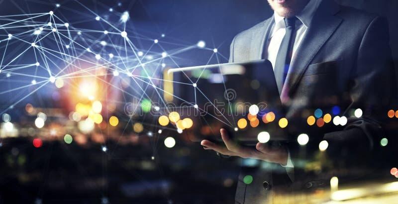 Εργασίες επιχειρηματιών με το lap-top του κατά τη διάρκεια της νύχτας διπλή έκθεση στοκ εικόνα με δικαίωμα ελεύθερης χρήσης