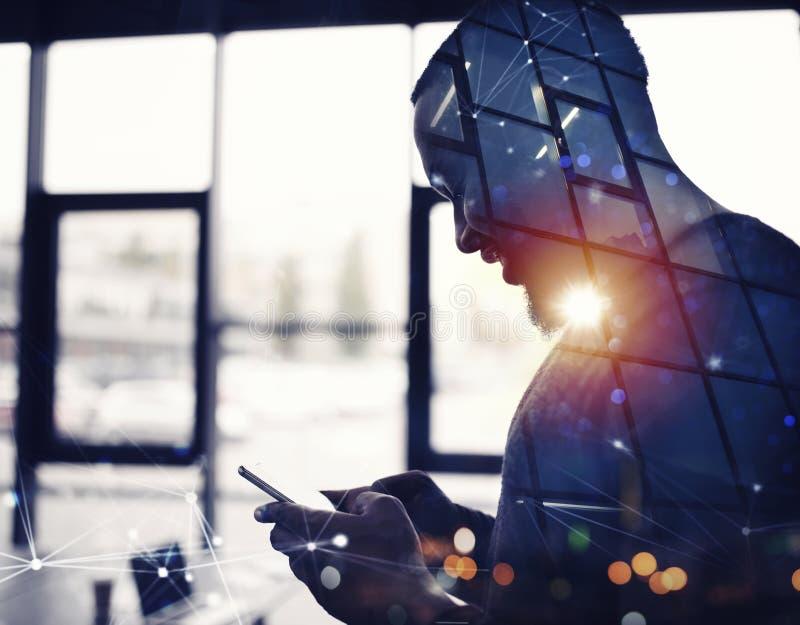 Εργασίες επιχειρηματιών με το smartphone του στην αρχή διπλή έκθεση στοκ φωτογραφία με δικαίωμα ελεύθερης χρήσης