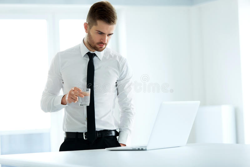 Εργασίες επιχειρησιακών ατόμων για τον υπολογιστή του στο γραφείο στοκ φωτογραφία
