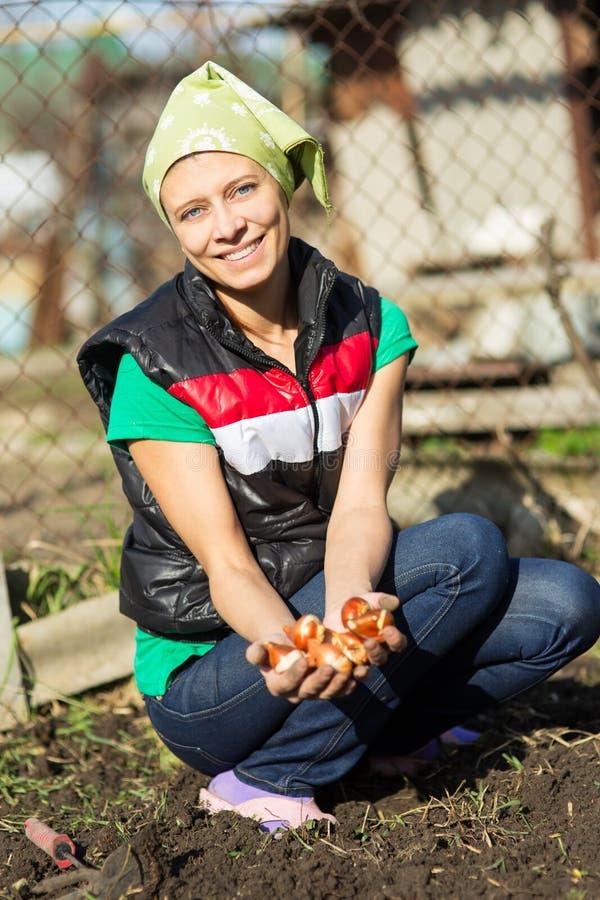 Εργασίες κήπων εργαζόμενες νεολαίες &gam Υγιές Lifesty στοκ εικόνα