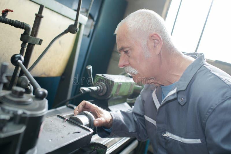 Εργασίες χειριστών άλεση-μηχανών στη μηχανή στοκ εικόνες