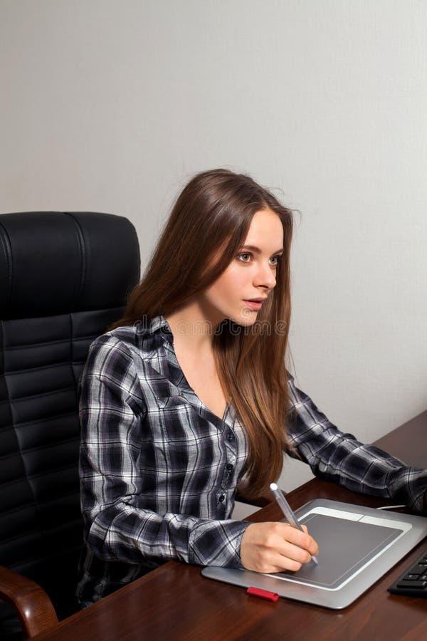 Εργασίες Retoucher στο γραφείο στοκ εικόνα με δικαίωμα ελεύθερης χρήσης