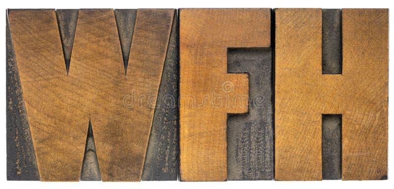 Εργασίες WFH από ακρωνύμιο οικίας σε τύπο ξύλου στοκ φωτογραφίες με δικαίωμα ελεύθερης χρήσης