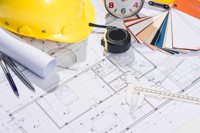 Εργασιακός χώρος αρχιτεκτόνων - αρχιτεκτονικό πρόγραμμα με τα σχεδιαγράμματα στοκ φωτογραφίες