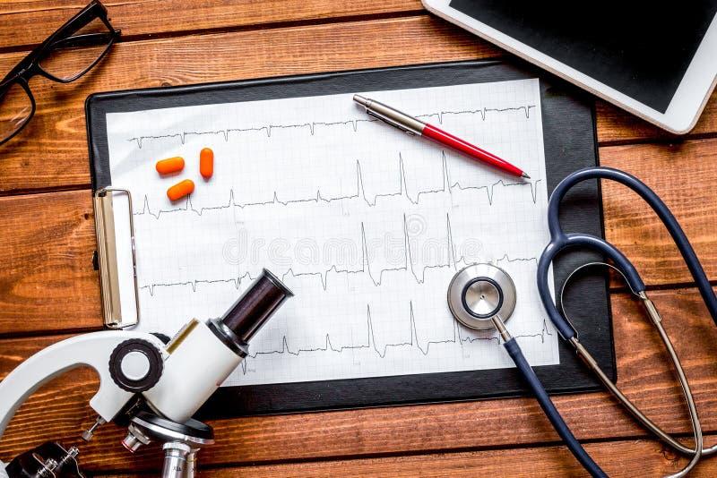 Εργασιακός χώρος γιατρών στον ξύλινο πίνακα κατά τη τοπ άποψη εργαστηρίων στοκ φωτογραφία