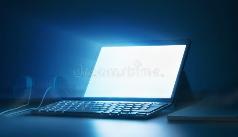Εργασιακός χώρος γραφείων με το lap-top Απαντητικό σχέδιο στοκ εικόνες με δικαίωμα ελεύθερης χρήσης