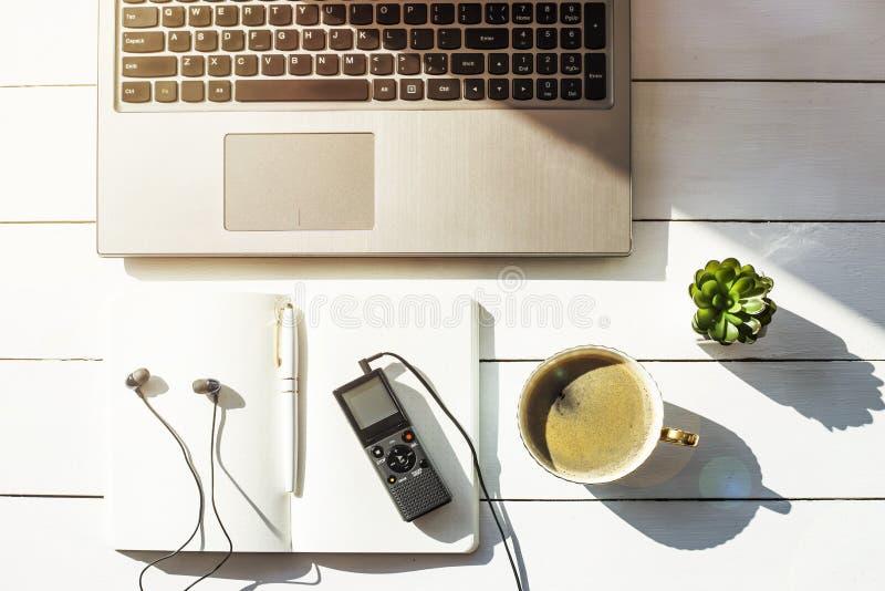 Εργασιακός χώρος ενός δημοσιογράφου με ένα μηχάνημα υπαγορεύσεως - καταγραφή φωνής στοκ εικόνα