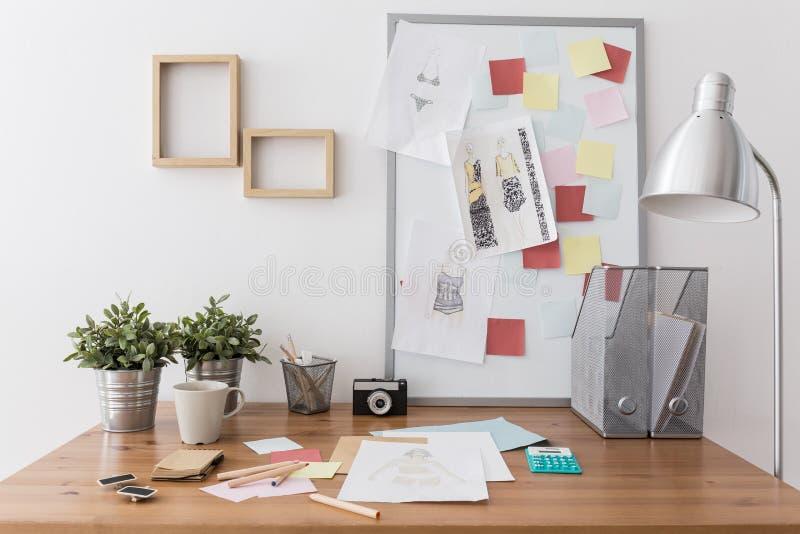 Εργασιακός χώρος με τις προμήθειες γραφείων στοκ εικόνες