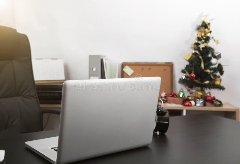 Εργασιακός χώρος με το σύγχρονο υπολογιστή στο γραφείο γραφείων στοκ εικόνες