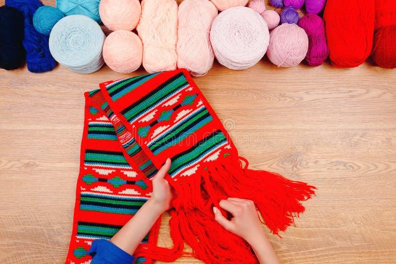 Εργασιακός χώρος μοδιστρών Θηλυκό πλέξιμο χεριών κοριτσιών γυναικών στοκ φωτογραφία με δικαίωμα ελεύθερης χρήσης